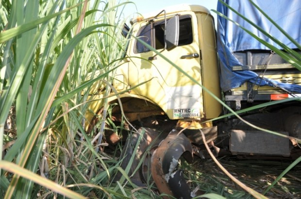 Na tarde desta segunda-feira (03), um homem de 46 anos, que conduzia um caminhão Mercedes Benz, com placas de Presidente Prudente (SP), ficou ferido após perder o controle do veículo e entrar em canavial, na MS-134, entre Batayporã e Nova Andradina.