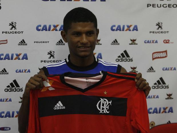 Se a novela envolvendo Elias, Flamengo e Sporting se arrasta por desgastantes quatro meses, a negociação com Márcio Araújo pode ser considerada, no máximo, uma minissérie. Depois de 20 dias de tratativas, a diretoria rubro-negra acertou a contratação