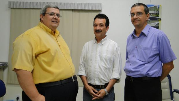 O vice-superintendente Marco Aurélio Carmago Areias, Mauricio Peralta e o novo superintendente do Hospital Evangélico Elizer Branquinho<br />Foto: Nicanor Coelho