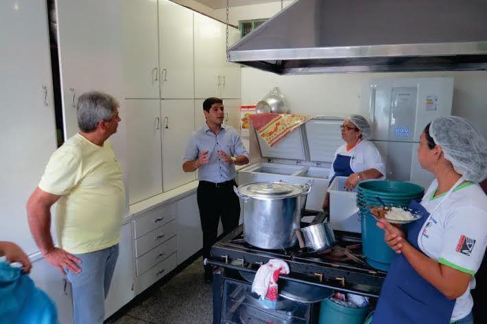 Vereador vistoria a cozinha da Escola onde aluno denunciou que foram servidas apenas duas bolachas na merenda<br />Foto: Divulgação