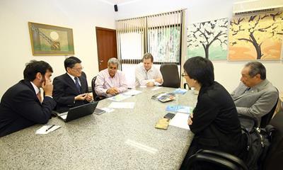 Governador André Puccinelli (PMDB) e deputado estadual George Takimoto (PDT) recebem grupo de empresários japoneses<br />Foto: Edemir do Nascimento