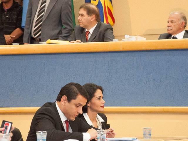 Após um clima tenso, Elizeu Dionísio continua sentado acompanhando a sessão de julgamento (Foto: Marcelo Calazans)
