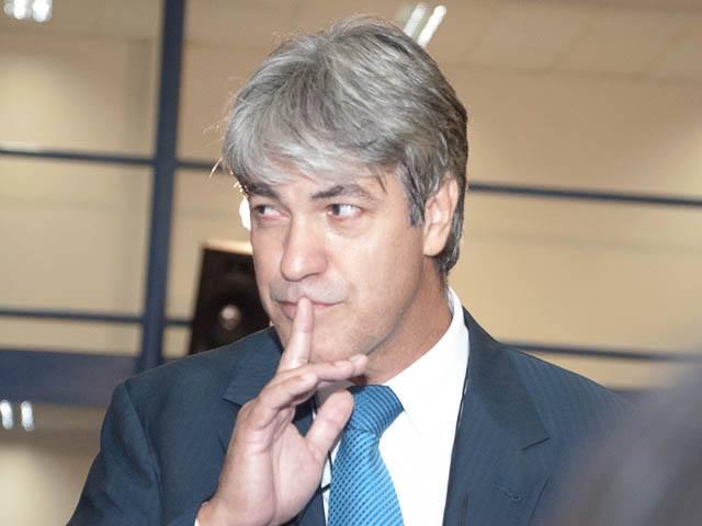 Após pedir calma, o vereador Marcos Alex (PT) aproveitou para pedir silêncio aos vereadores da oposição (Foto: Marcelo Calazans)