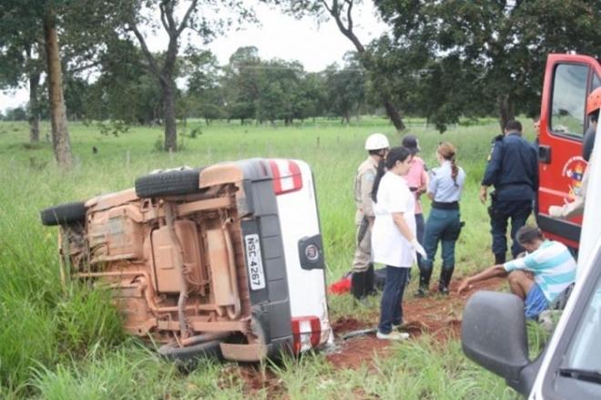 O capotamento de um veículo Strada na manhã desta segunda-feira (3), na rodovia MS-080, próximo a Rochedo, a 74 quilômetros de Campo Grande, deixou cinco pessoas feridas, três delas em estado mais grave.  O motorista do Strada, José Alexandre de Sou