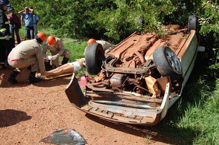 Na manhã desta quarta-feira (26), por volta das 09h20, um acidente de trânsito envolvendo um carro com placas de Medianeira (PR), ocupado por quatro pessoas, foi registrado na MS-134. Segundo informações apuradas no local, o condutor trafegava no sentido