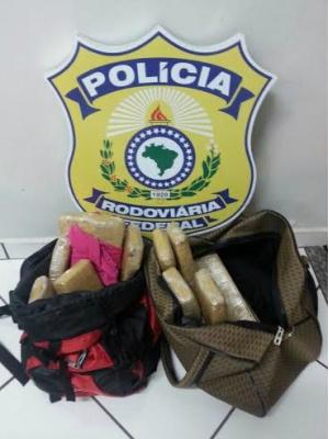 Agentes da Polícia Rodoviária Federal apreenderam na noite da última terça-feira, durante fiscalização de rotina em um ônibus que fazia linha Bela Vista/São Paulo, pela rodovia BR-463, próximo à cidade de Ponta Porã, 13 quilos e 800 gramas de maconha, dis