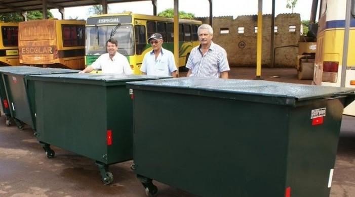 Prefeito Mário Valério e secretários: contêineres facilitam a coleta de lixo em Caarapó<br />Foto:A Gazeta News