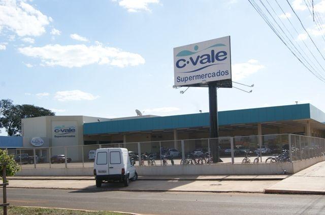 Homens armados renderam na tarde deste domingo (2) dois funcionários de um supermercado em Caarapó e levaram aproximadamente R$ 23 mil reais. O assalto aconteceu por volta das 12h40, na área central da cidade, quando as vítimas chegavam a uma agência