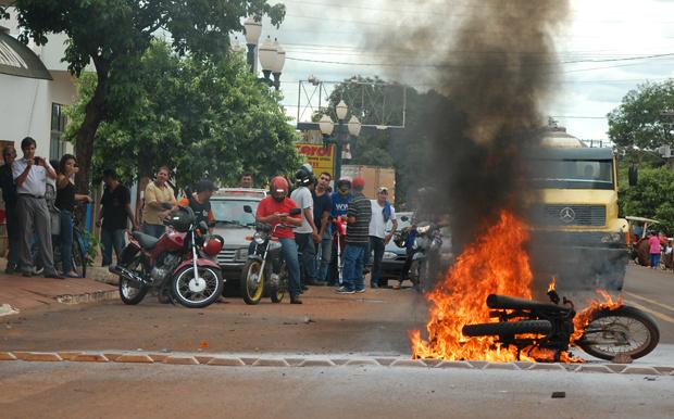 Uma motocicleta pegou fogo e explodiu, após colidir com um veículo Ford Del Rey, por volta das 13h desta terça-feira (11), na Avenida 09 de Julho em Fátima do Sul.  Segundo informações do site Fátima News, o motociclista, de 19 anos, sofreu algumas