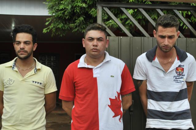 Trio foi preso por tráfico de drogas na tarde desta quinta-feira - Foto: Osvaldo Duarte