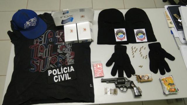 Objetos apreendidos junto do acusado (Foto: Divulgação/Polícia Civil)
