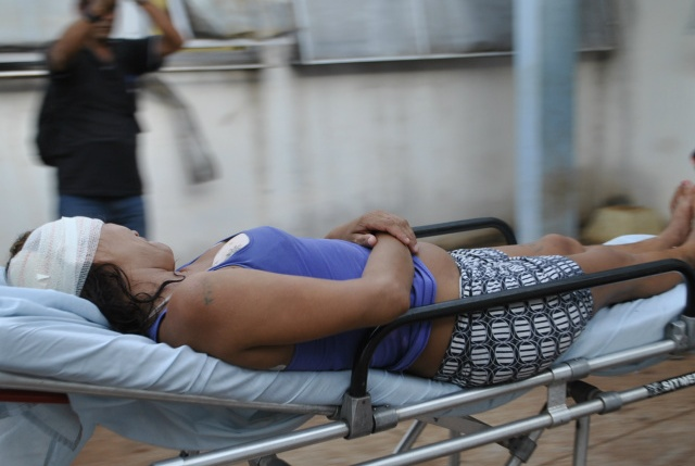 Mulher foi atingida na cabeça e costas (Fotos: Osvaldo Duarte)