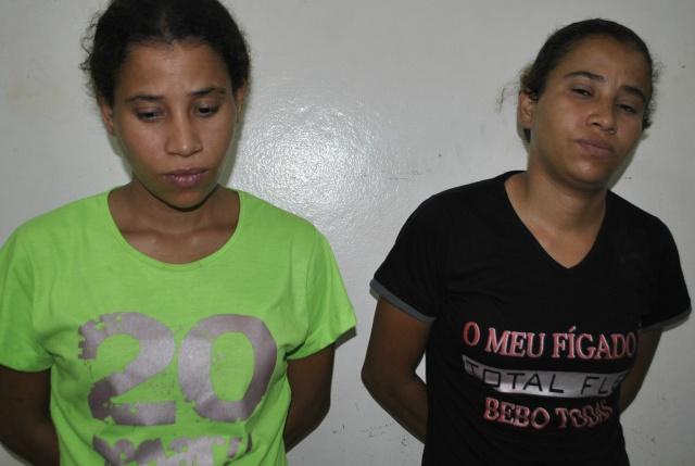 Gêmeas estavam às margens da rodovia e droga foi encontrada na mala delas - Fotos: Osvaldo Duarte