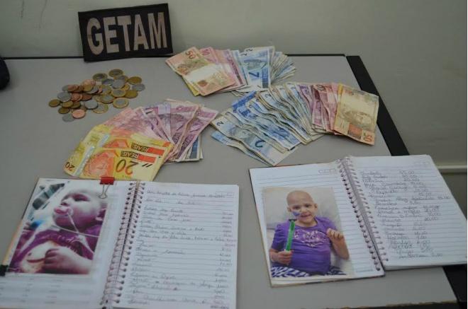 Dinheiro apreendido e caderno com imagens de crianças doentes utilizados pelas mulheres para pedir dinheiro<br />Foto: Sidnei Bronka
