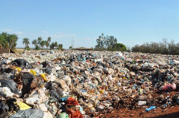 lixão onde diariamente são despejados as 40 toneladas de lixo coletadas na cidade de Sidrolândia<br />Foto: Região News