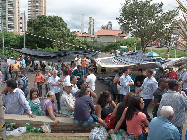 Manifestantes presentes na sessão de julgamento do prefeito cassado, Alcides Bernal (PP), na última quarta-feira<br />Foto: Marcelo Calazans