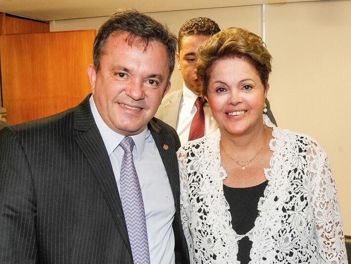 Deputado Vander ao lado da presidenta Dilma após a assinatura do contrato<br />Foto: Divulgação