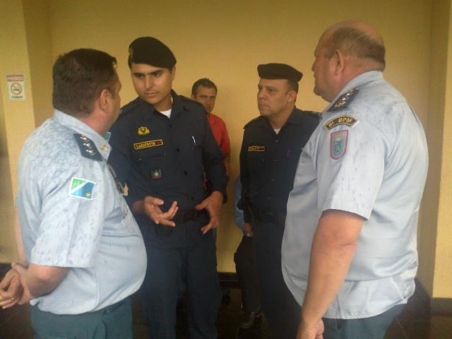 Policias militares conversam sobre esquema de segurança na Câmara para sessão de julgamento de Bernal que acontece amanhã<br />Foto&gt; Tayná Biazus