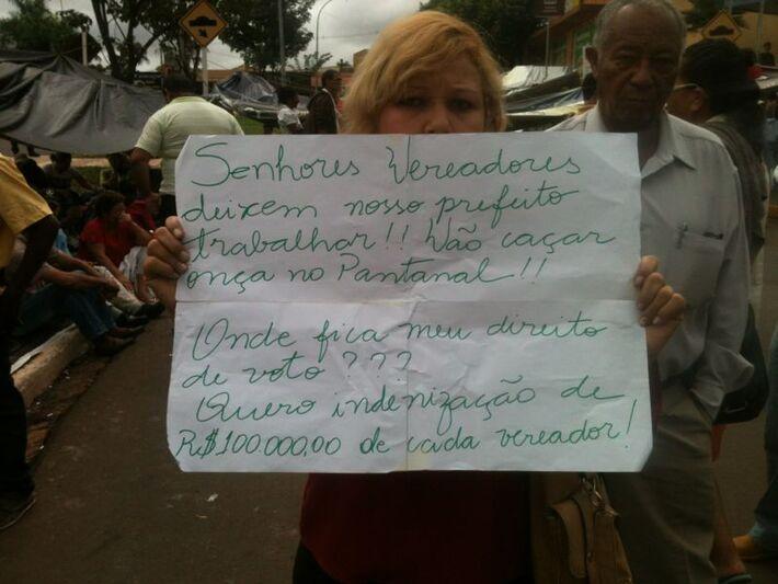 Manifestantes defendem permanência de Bernal na prefeitura<br />Foto: Marcelo Calazans