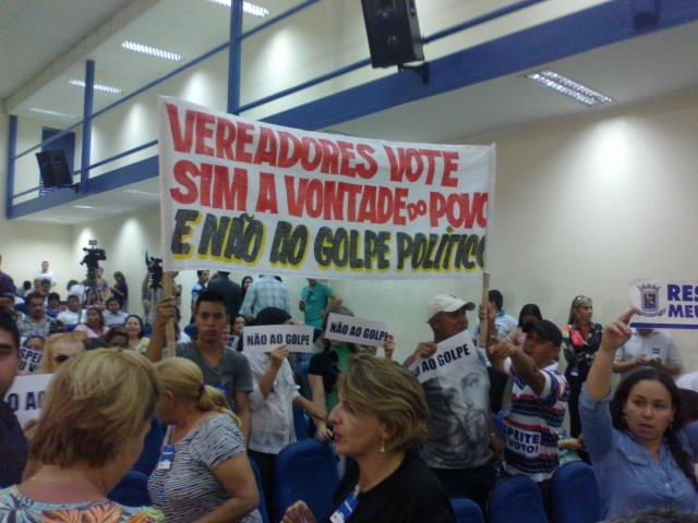 O plenário permanece cheio e os manifestantes divergem opiniões, alguns pedem a cassação e outros pedem o voto contra a cassação de Bernal (Foto: Tayná Biazus)