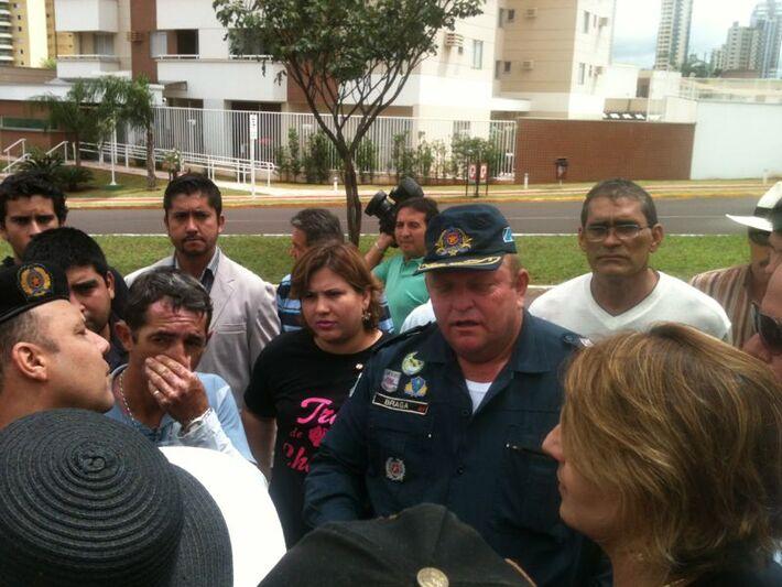 Policias militares conversam com secretárias e explicam que elas não podem estacionar carro de som em frente á Câmara<br />Foto: Marcelo Calazans