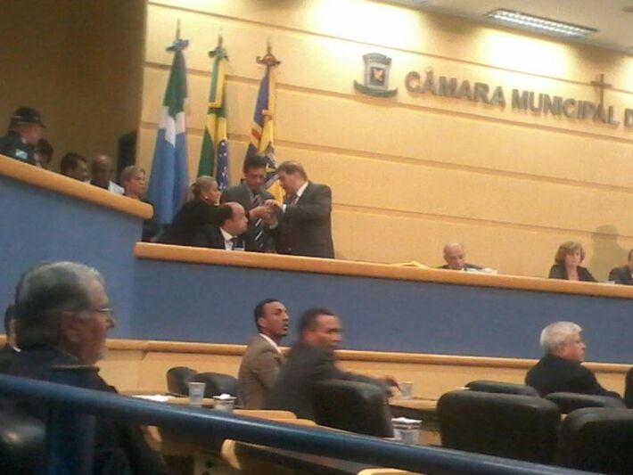 Bernal chama a atenção de Mário César por não auxiliar seu advogado após queda de microfone (Foto: Heloísa Lazarini)