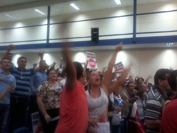 Revoltados, os manifestantes pedem a retirada de Elizeu Dionísio do plenário (Foto: Heloísa Lazarini)