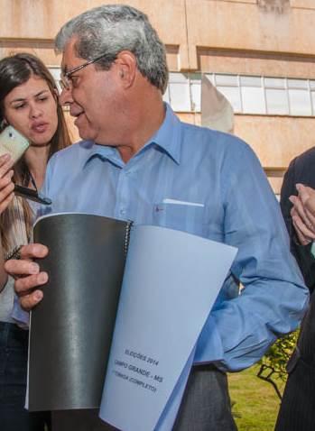 Governador André Puccinelli (PMDB) mostra pesquisa encomendada pelo PMDB<br />Foto: Marcelo Calazans