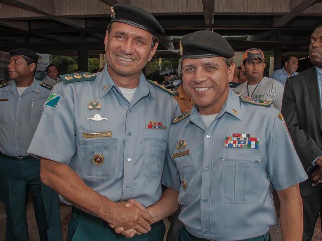 Carlos Alberto David dos Santos entrega o Comando-Geral da instituição para o coronel Valter Godoy Rojas (Foto: Marcelo Calazans)