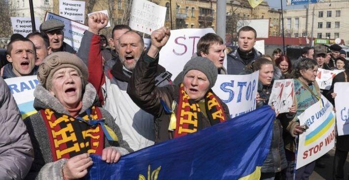 Manifestantes seguraram cartazes durante um comício anti-guerra em frente à embaixada russa em Kiev, na Ucrânia, nesta sexta-feira (7)<br />Foto: Agência UOL