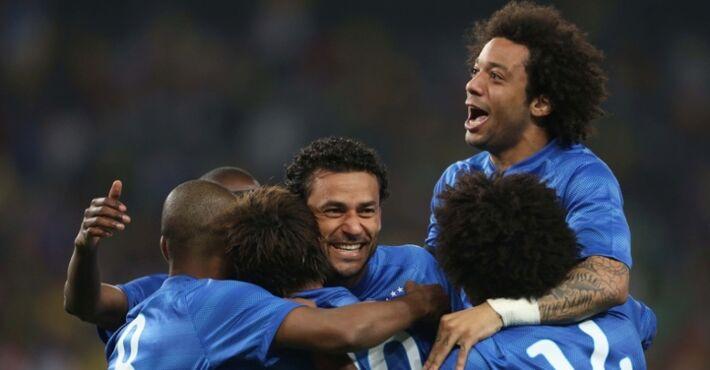 ogadores da seleção brasileira comemoram com Neymar após o atacante marcar o seu segundo gol no amistoso contra a África do Sul<br />Foto: UOL