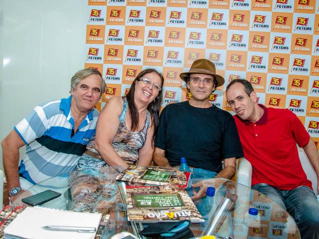 Família Bitencourt Brandão pousa para a foto ao lado do cantor no camarim (Foto: Marcelo Calazans)