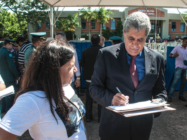 Governador André Puccinelli (PmDB) assina abaixo assinado de Corina, mãe do policial militar Luis Pedro assassinado em uma emboscada em Rondônia em novembro de 2013<br />Foto: Marcelo Calazans