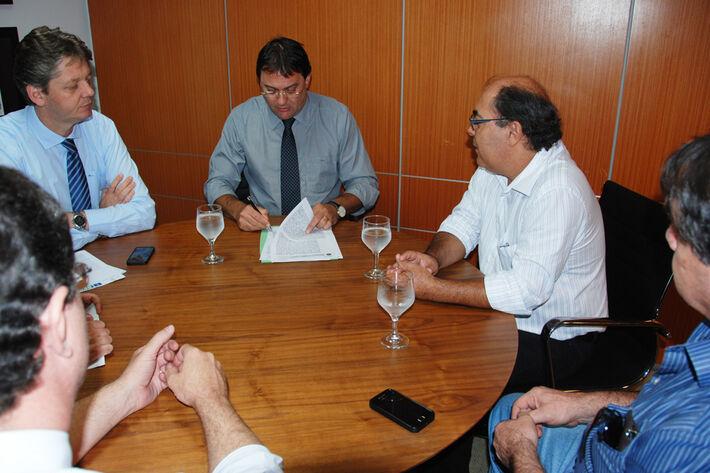 Reunião de assinatura do contrato de cessão de área<br />Foto: Assecom
