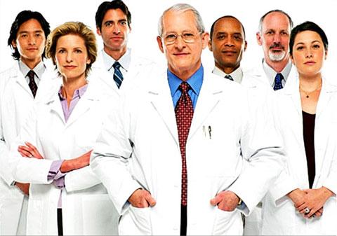 p  Os médicos cubanos que participam do programa Mais Médicos terão o repasse da bolsa recebida no Brasil aumentado para U$ 1.245, o equivalente a R$ 3 mil líquidos por mês. O reajuste, anunciado nesta sexta-feira (28) pelo ministro da Saúde, Arthur Chi