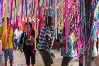 Mais de 40 pacientes do Centro de Atenção Psicossocial (Caps) II, localizado na Vila Planalto, participaram nesta manhã do baile de carnaval promovido pela Sesau e pelos profissionais da unidade. O evento contou a participação das famílias que também