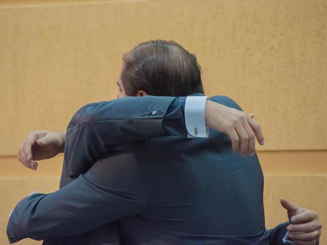 Gilmar Olarte (PP) recebe um abraço caloroso do presidente da Câmara, Mario Cesar (PMDB)<br />Foto: Marcelo Calazans