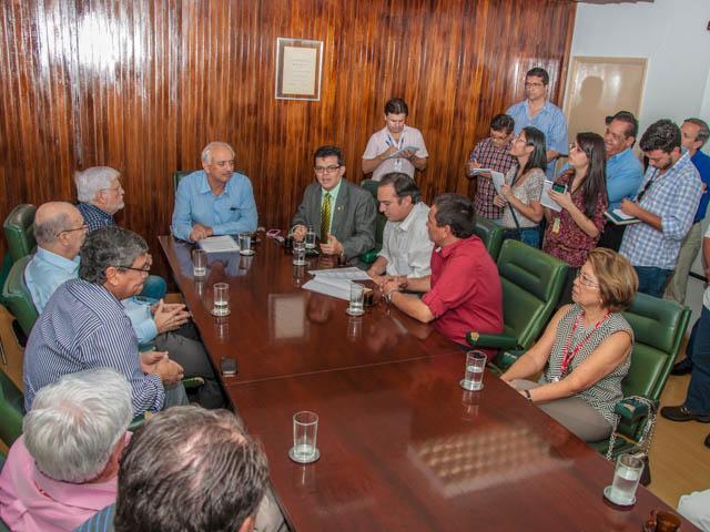 Reunião entre o prefeito Gilmar Olarte (PP) e diretoria da Santa Casa<br />Foto: Marcelo Calazans