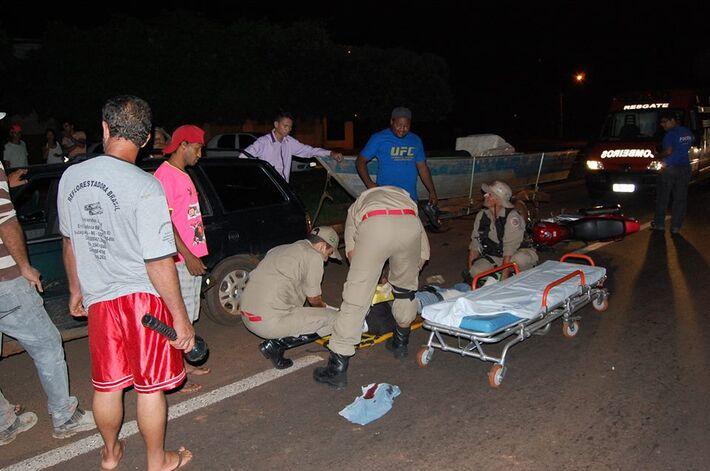 Por voltas da 23 h de ontem (10), um motociclista acabou colidindo em uma carretinha com barco na rodovia BR 267, no trevo de acesso ao bairro Jardim São Francisco.  Segundo informações o condutor do Veiculo Fiat/Elba que não teve o nome identificado se