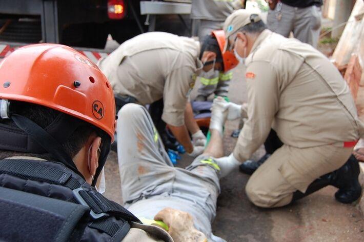 Poste manuseado por grua se desprendeu e atingiu funcionário da empresa (Foto: Germino Roz/Nova News )
