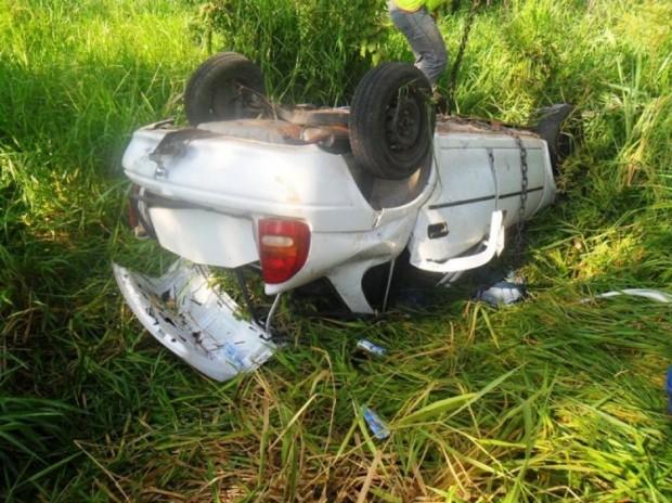 Por volta das 8h30 desta quinta-feira (17), um veículo GM Corsa, com placas de Batayporã, que seguia com três ocupantes, saindo da pista e capotou. O acidente aconteceu na altura do quilômetro 65 da rodovia BR-267, entre o Distrito de Nova Casa Verde, em