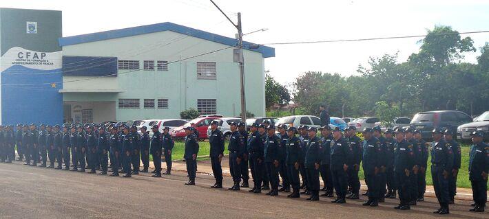 Parte dos Policiais Militares participando do ato<br />Foto: Tayná Biazus