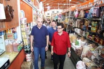 Visita do prefeito Gilmar Olarte (PP), ontem ao Mercadão Municipal<br />Foto: Assessoria
