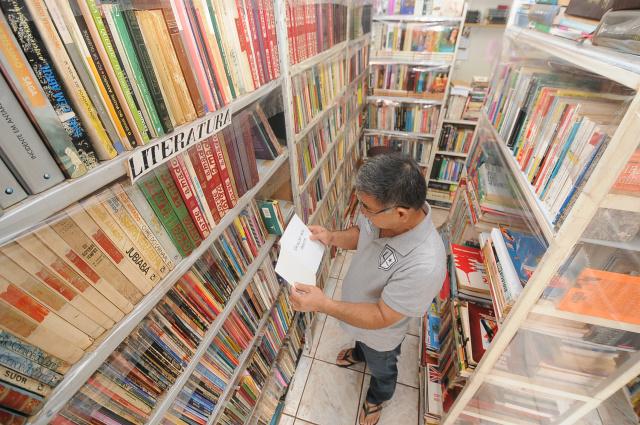 Livros ainda são a paixão de muita gente, apesar da tecnologia de poder ler títulos em celulares<br />Foto: Ademir Almeida/Dourados News