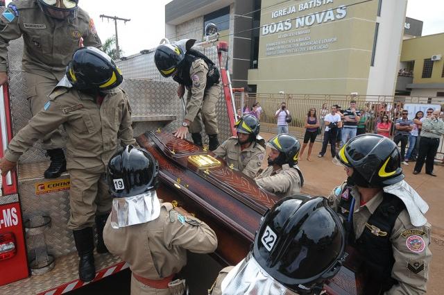 O enterro do bombeiro Jeovan Maciel Rodrigues, 32, que morreu afogado em Brotas, interior de São Paulo, acontece nesta manhã em Dourados.  Maciel acabou caindo numa cachoeira enquanto fazia rapel. O velório acontece na igreja batista Boas Novas, no