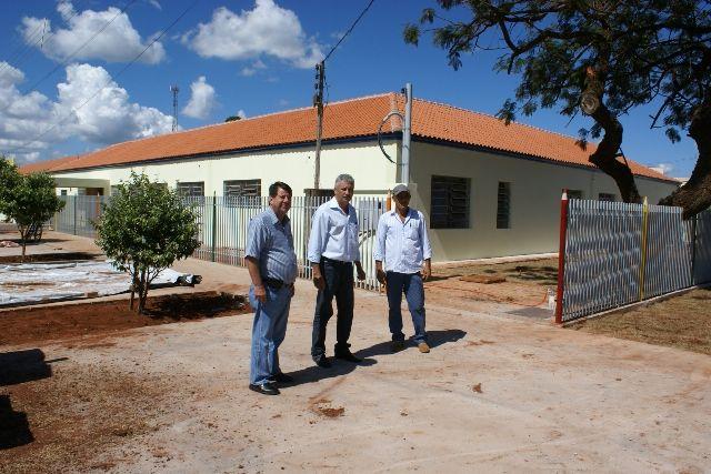 Prefeito Mário Valério e secretários durante visita às obras do novo centro de educação infantil em Caarapó<br />Foto: Dilermano Alves