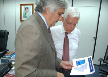 Senador Delcídio do Amaral (PT) e ministro chefe da Casa de Aviação Civil Wellington Moreira Franco.<br />Foto:José Cruz Agência/NR