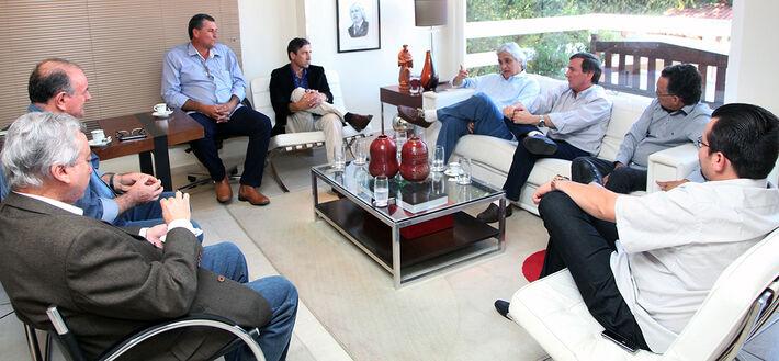 Os prefeitos de Jardim, Erney Cunha (PT), Porto Murtinho, Heitor Miranda (PT), Caracol, Manoel Viais (PT) , Antonio João, Selso Lozano (PT), e o vice-prefeito de Guia Lopes, Ney Marçal (PT) também participaram da reunião - Foto: Divulgação