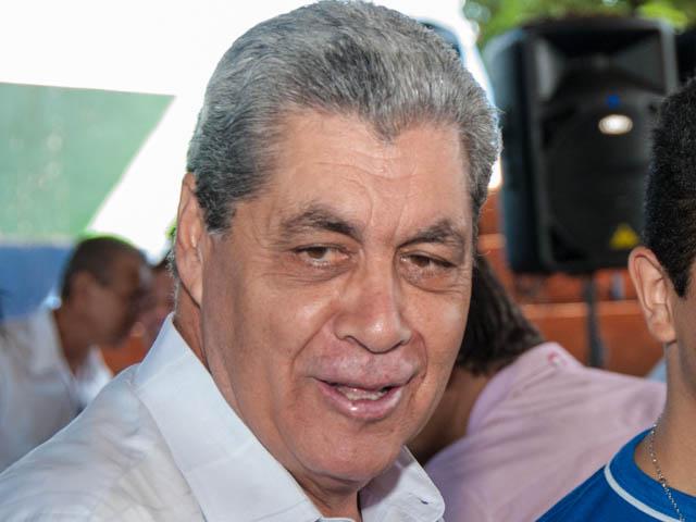 O governador André Puccinelli (PMDB) disse sob risos que pelo bem do povo continua na política, mas decisão só será divulgada amanhã (Foto: Marcelo Calazans)