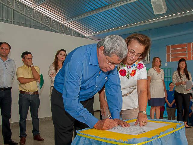Assinatura de contratos para a cobertura de 28 quadras esportivas e para a construção de mais 10 escolas estaduais na Capital e interior.<br />Foto: Marcelo Calazans